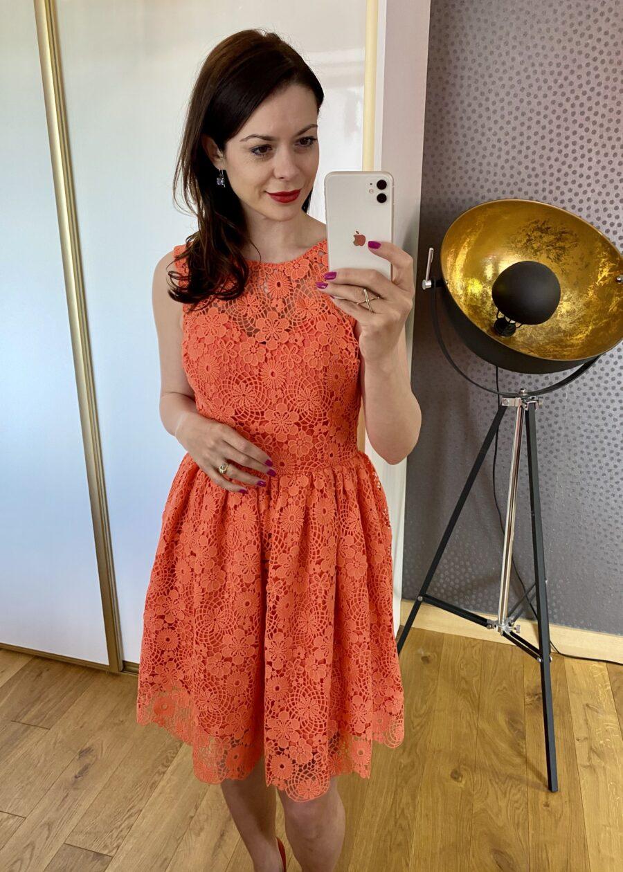 Morelowa sukienka z koronki