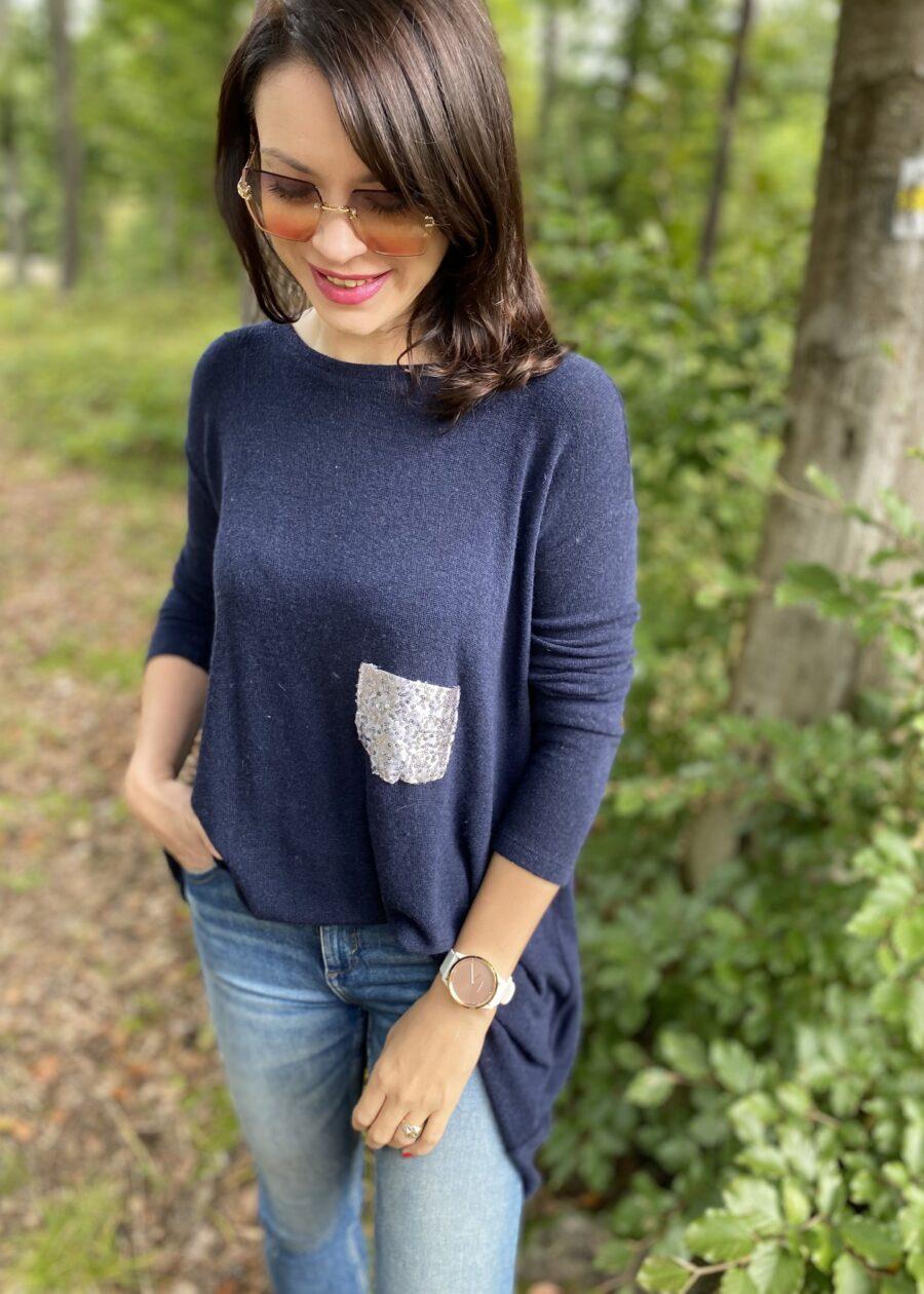 granatowy długi i szeroki sweter z cekinową kieszenią