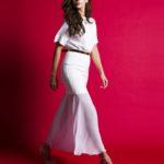 Biała sukienka ze złotym paskiem