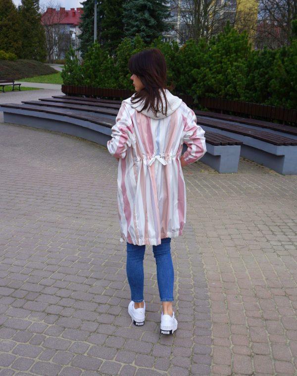 Pastelowy płaszcz w pasy