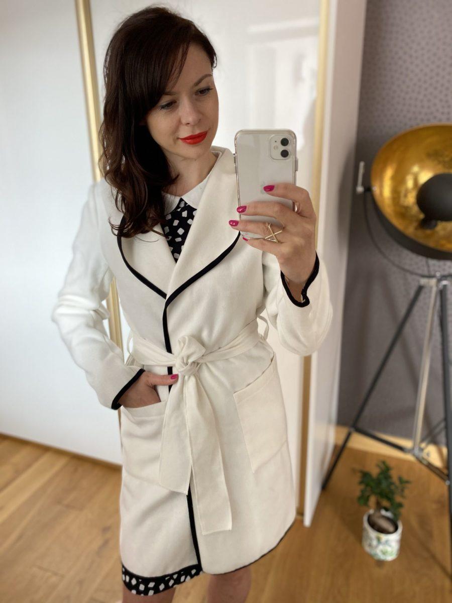Biały płaszcz z czarną lamówką