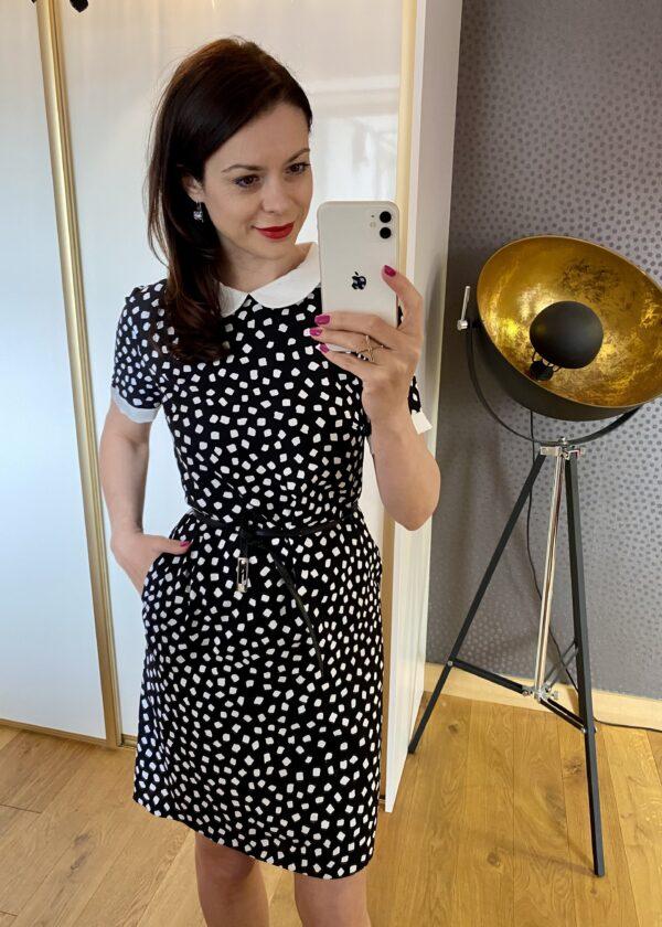 Czarna sukienka w białe kwadraty