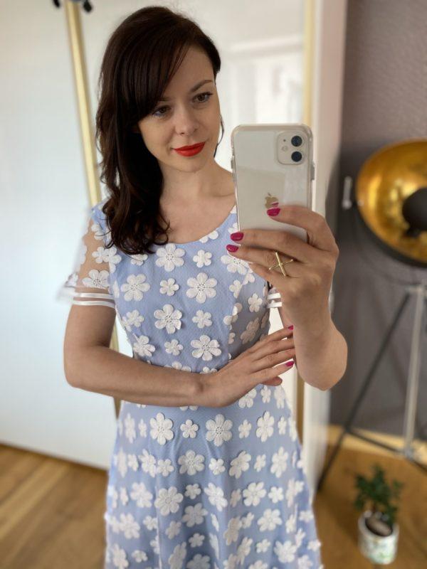 Sukienka w koronkowe kwiaty