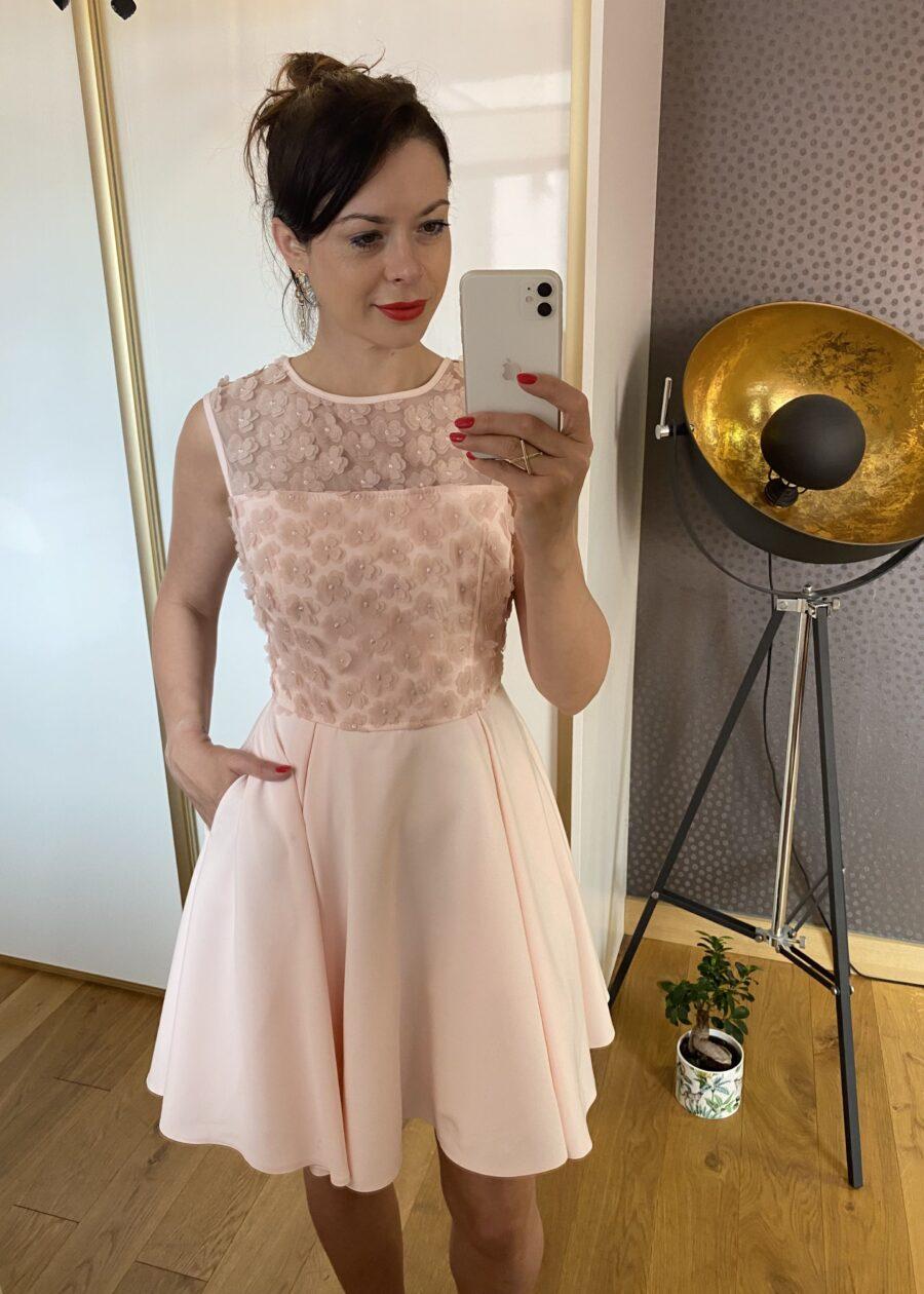 Sukienka pudrowy róż w kwiaty